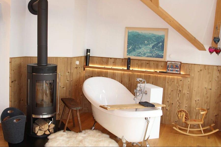 Badezimmer, Holzvertäfelung, freistehende Badewanne, Kamin im Badezimmer