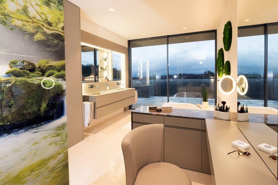 Badezimmer, Griffleisten, Granitarbeitsplatte, Schminktisch, beleuchtetes Glaselement
