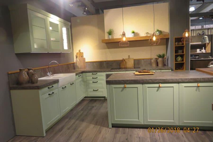 Lanhausküche, Mintgrün, Keramikspüle, Ledergriffe, Eichenholzelemente
