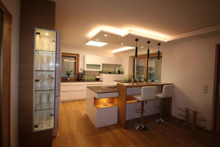 moderne Einbauküche, weiß, lackiert, Barelement in Eiche, Integrierter Speisverbau, Glasvitrine, Steinplatte