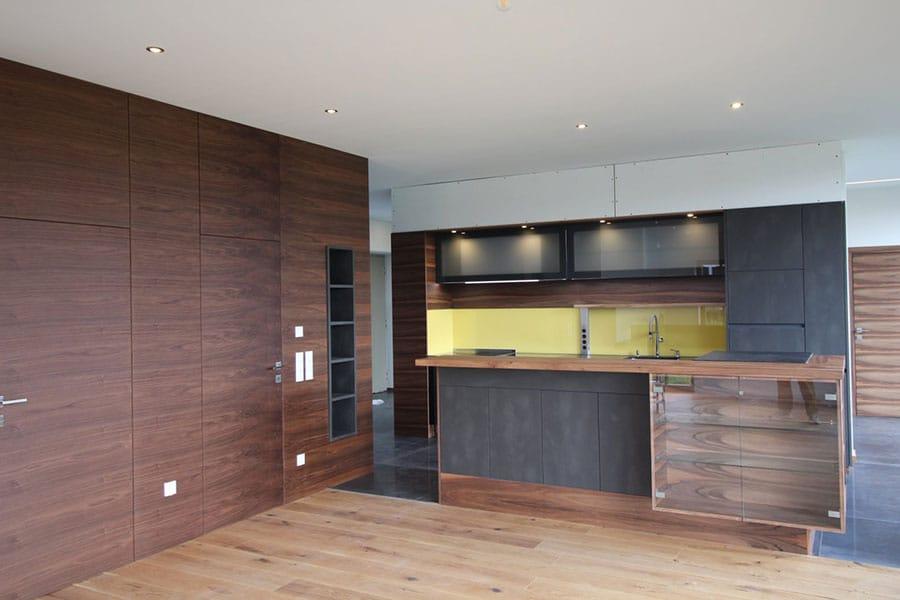 Küchenverbau, Echtholz, Nussbaum, Anthrazit, grifflose Küche, Wandverbau in Holz