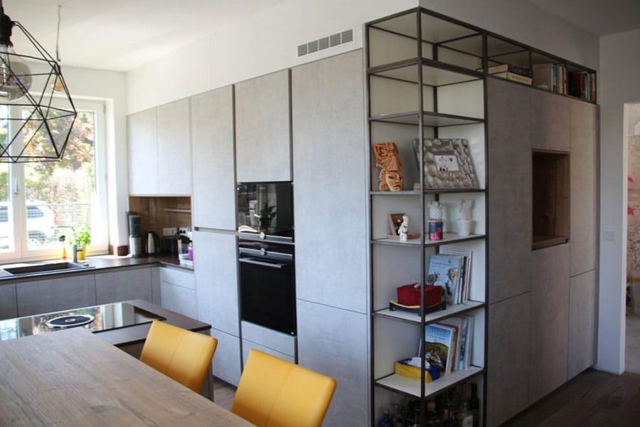 Moderne Küche, grifflos, Betonoptik, Metall, Retro