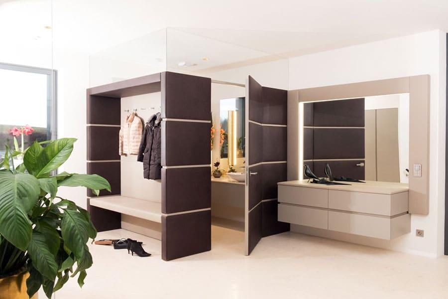 Vorraumverbau, Ledertapezierte Wände, Verbau WC